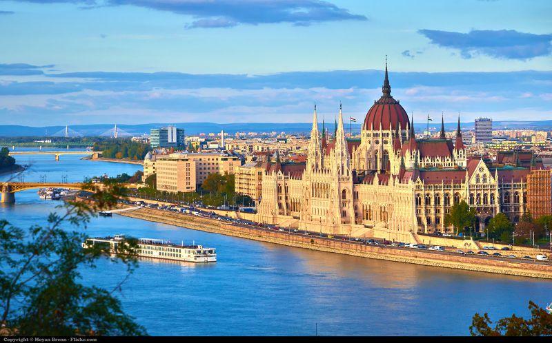 布達佩斯的日落時分,天空的藍與建築物的色彩,相互輝映成一幅美麗的畫。